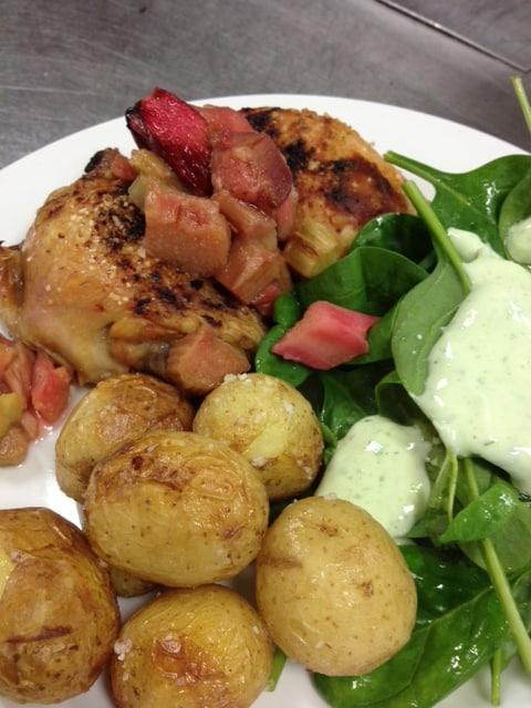 Kylling med et twist af rabarber med spinatsalat - Sundere kost