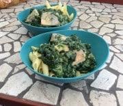 Laks med pasta og spinat