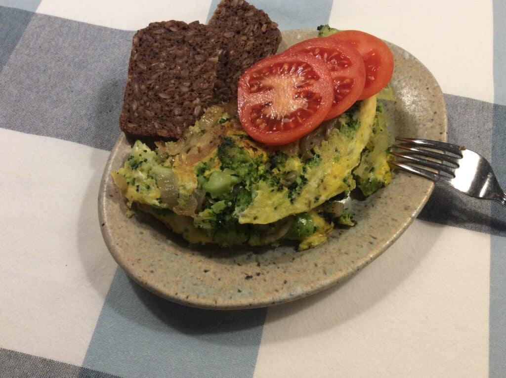 Omelet med løg og broccoli