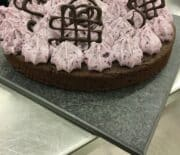 Chokoladekage med blåbær sylt